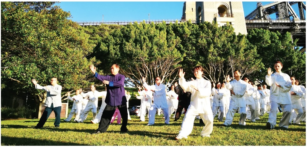 Yang_style_Tai_Chi_in_Sydney_Rocks_chinese